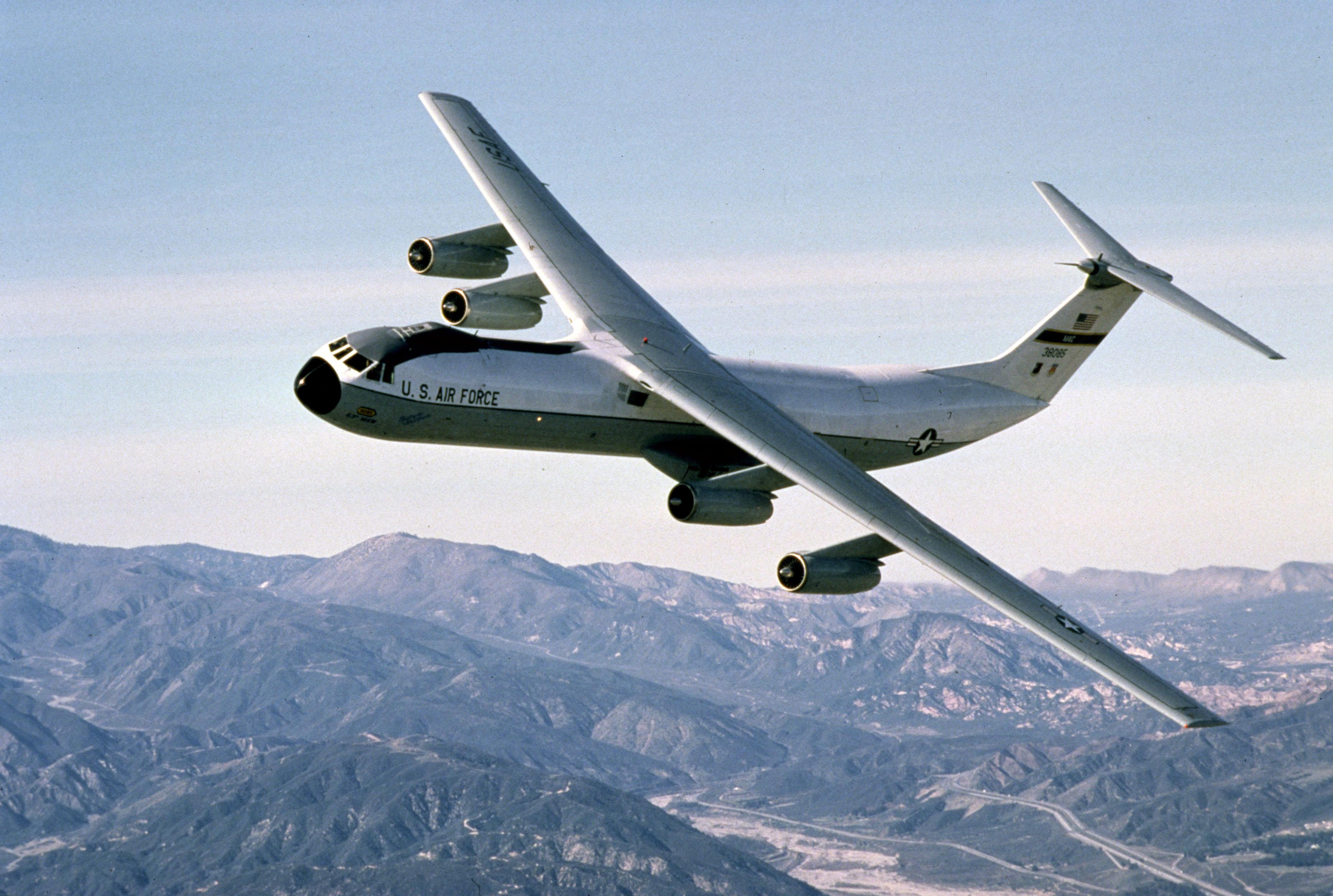 C-141_flying