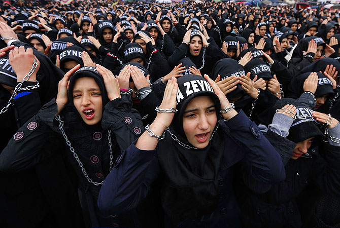 Turkish Shi'ite women mourn during an Ashura procession in Istanbul