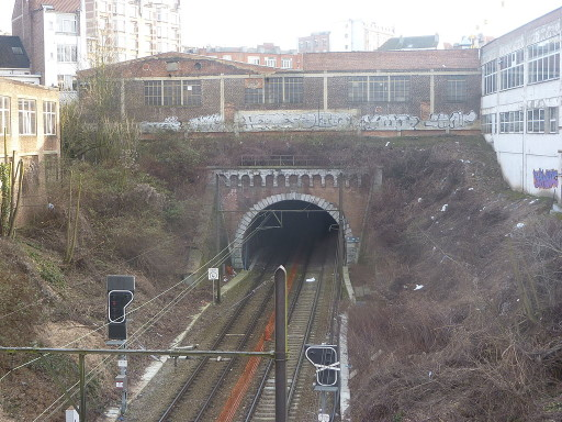 1024px-Schaerbeek-Tunnel_ferroviaire_du_Cinquantenaire-Nord-001