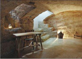 Stanza in pietra adornata di tavolo e lume